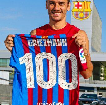 Griezmann com a camisa comemorativa pelos seus 100 jogos oficiais pelo Barça.
