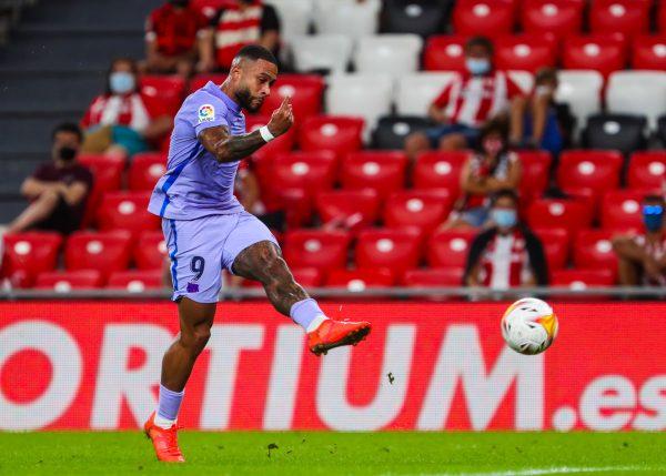 Memphis, no momento do chute que acabou no seu 1º gol oficial com a camisa do Barça.
