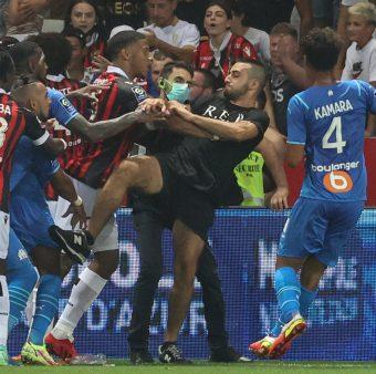 Um torcedor do Nice tenta agredir o meia Payet, do Olympique de Marselha.