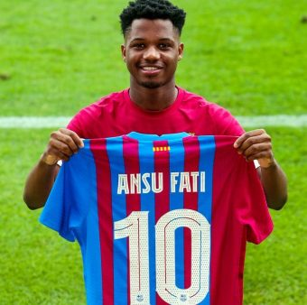 Ansu Fati, erguendo a camisa 10 do Barça no treino para a fotografia.