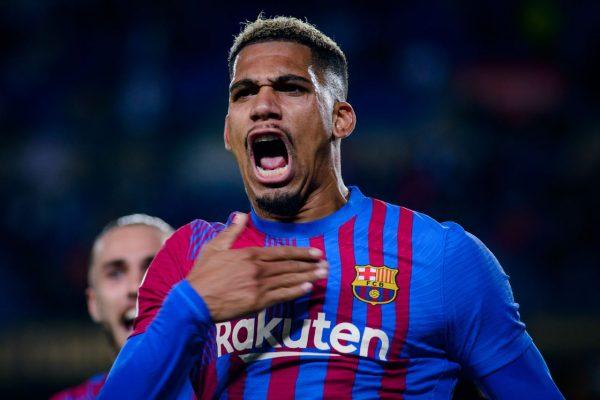 Araujo comemora com muita emoção o gol marcado no empate contra o Granada, no Camp Nou. / Twitter: @FCBarcelona_br