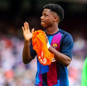 Ansu Fati aplaude a torcida após o jogo contra o Levante.