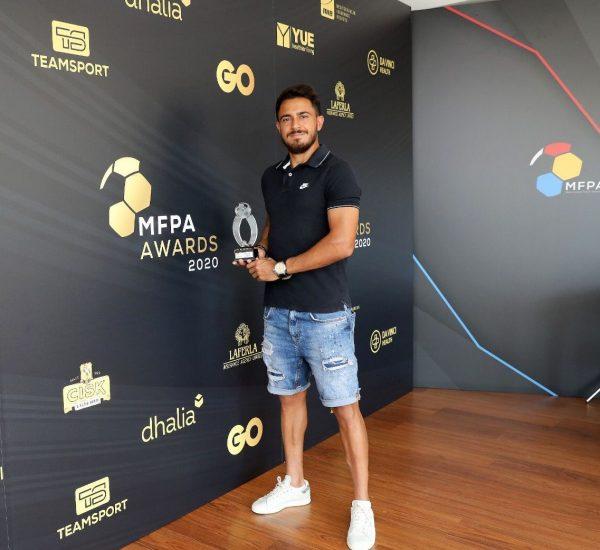 Caio, com um dos diversos prêmios que ganhou na Liga de Malta.